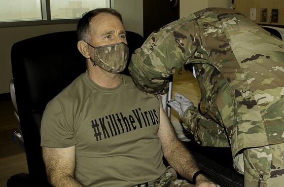 로버트 에이브럼스 주한미군사령관이 지난해 12월 29일 경기도 평택 주한미군 기지 내 브라이언 올굿 육군 병원에서 코로나19 백신 접종을 받고 있다. 뉴시스