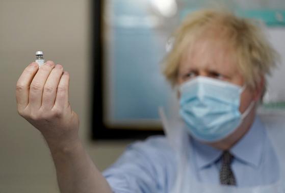 영국 정부는 17일(현지시간) 코로나19 백신 2차 접종자 수가 2000만명을 넘었다고 밝혔다. 잉글랜드·스코틀랜드·웨일스 지역은 이날 봉쇄 조치 완화 3단계를 시행했다. [로이터=연합뉴스]