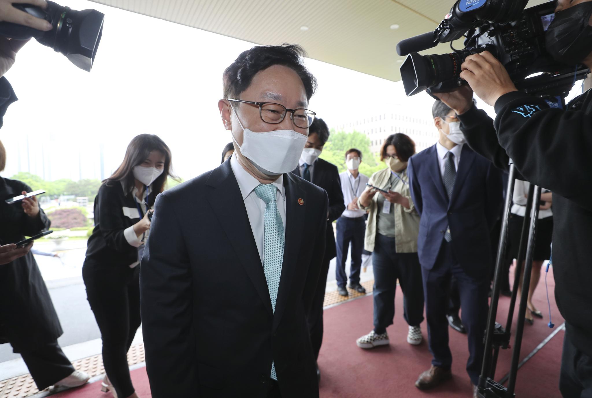 박범계 법무부 장관이 17일 오전 경기 과천시 정부과천청사 법무부로 출근하고 있다. 뉴스1
