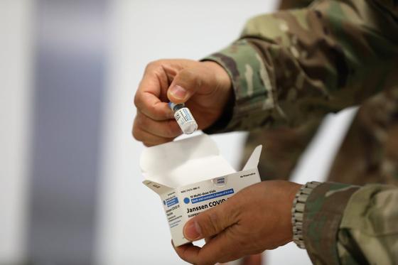 사진은 캠프 험프리스 내 브라이언올굿 병원이 자체 페이스북 계정에 올린 사진으로, 주한미군이 지난 9일 도착한 얀센 첫 물량을 살피는 모습. 사진 주한미군 페이스북 캡쳐
