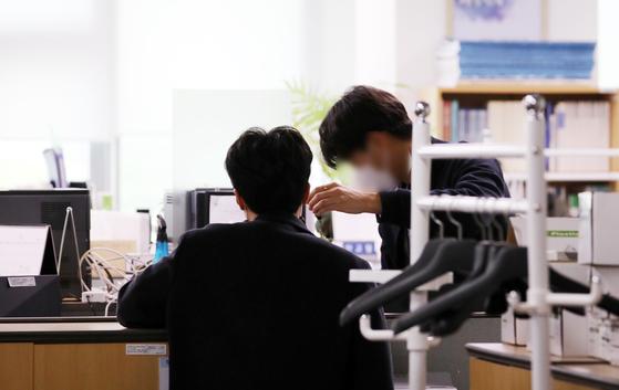 공직자의 부동산 투기의혹을 수사하고 있는 특수본 관계자가 지난 3월 26일 행정중심복합도시건설청에서 압수 수색을 벌이고 있다.뉴스1