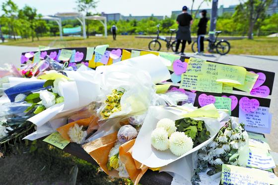 11일 서울 서초구 반포한강공원 수상택시 승강장 인근에 고(故) 손정민씨를 추모하는 꽃과 메모들이 놓여져 있다. 뉴스1