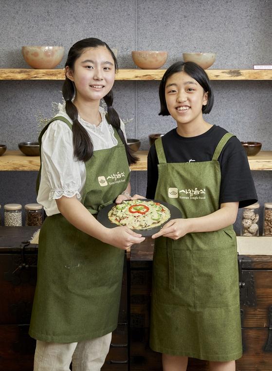 (왼쪽부터) 오주연 학생기자와 송윤서 학생기자가 사찰음식 조리법으로 가지 피자를 직접 만들어봤다.