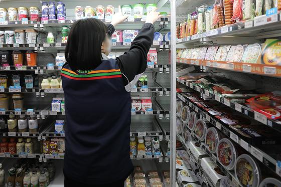 서울 시내 한 편의점에서 아르바이트생이 물건을 정리하고 있다. 뉴스1