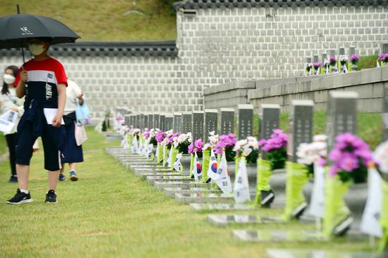 15일 오후 광주 북구 국립5·18민주묘지에서 참배객들이 묘역을 둘러보고 있다. 15일부터 전국에 이어진 비는 18일 오전부터 서서히 그칠 것으로 보인다. 비가 그친 뒤 구름이 걷히면서 19일까지 낮기온이 빠르게 올라 더운 날씨가 예상된다. 뉴스1