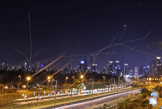 이스라엘 방위군이 하마스가 발사한 로켓포를 애슈켈론 상공에서 요격하는 장면 AFP=연합