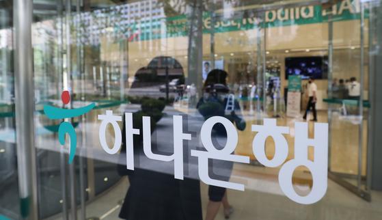 하나은행이 환매가 중단된 영국 펀드 투자자들에게 투자원금의 50%의 가지급금을 선지급하기로 결정했다.