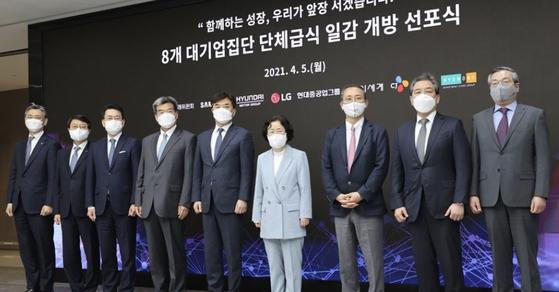 조성욱 공정거래위원장(왼쪽에서 여섯째)이 지난달 5일 서울 강서구 LG사이언스파크에서 열린 '8대 대기업집단 단체급식 일감 개방 선포식'에서 주요 대기업 대표들과 기념 촬영을 하고 있다. [연합뉴스]