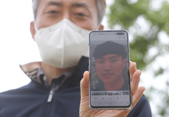 지난 10일 오후 서울 서초구 반포한강공원 수상택시 승강장 인근에서 고(故) 손정민씨의 아버지가 휴대전화에 담긴 아들의 생전 모습을 취재진에게 보여주고 있다. 뉴스1
