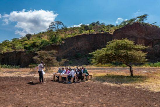 탄자니아의 한 컴패션 어린이센터의 고등부 야외 수업 현장. [사진 허호]
