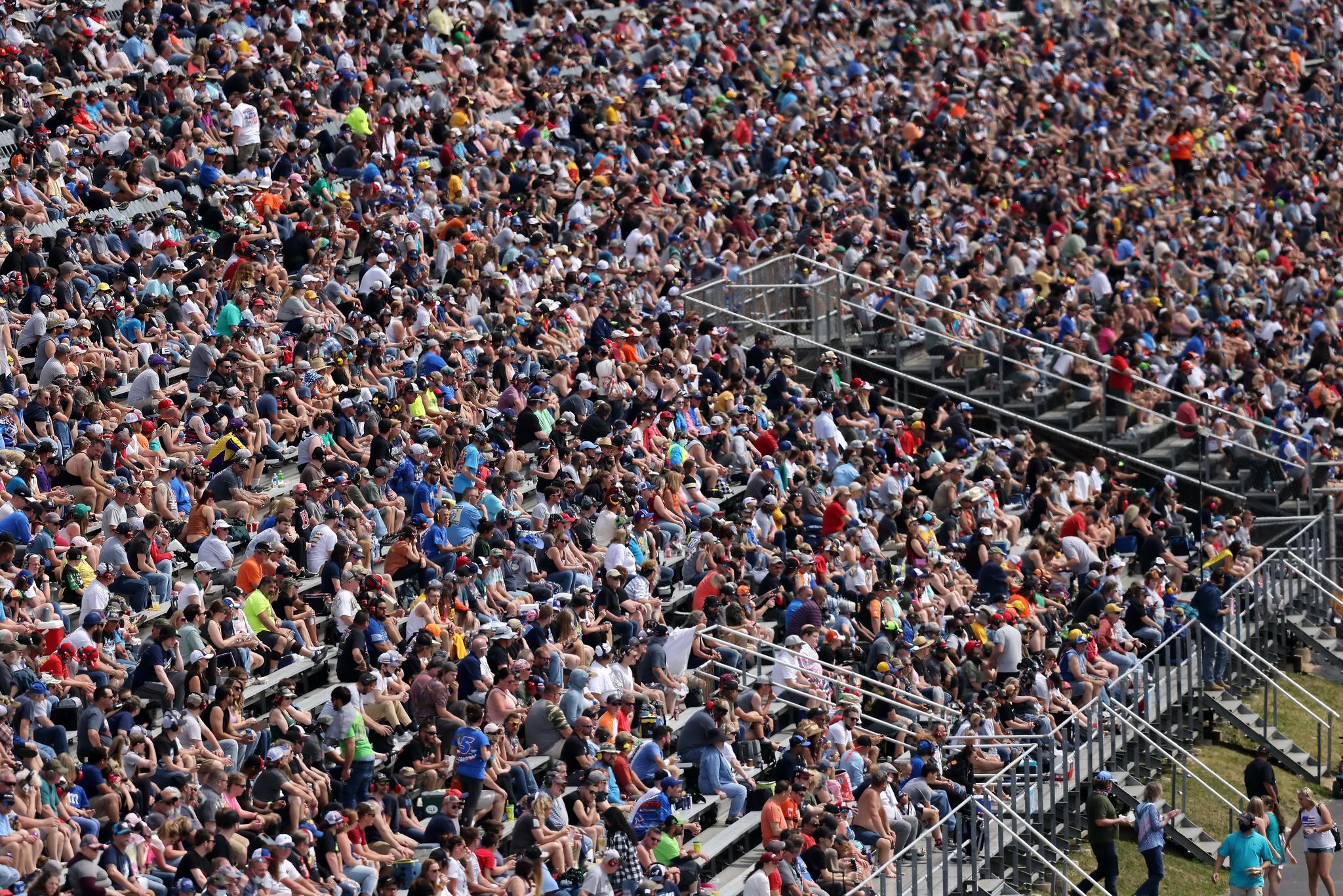 16일 나스카 컵 시리즈 드라이덴 400 경주가 열린 델라웨어 도버의 국제 스피드웨이. 마스크를 착용하지 않은 팬들이 스탠드를 가득 메우고 있다. AFP=연합뉴스
