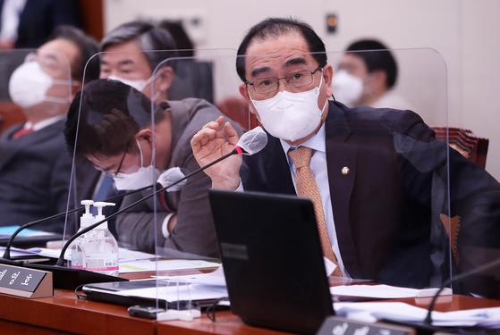 지난 4월 20일 오전 서울 여의도 국회 외교통일위원회에서 열린 후쿠시마 오염수 방출과 관련한 국회 긴급현안보고에서 태영호 국민의힘 의원이 질의하고 있다. 오종택 기자