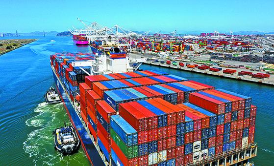 미국 샌프란시스코 인근 오클랜드 항구에 지난 7일 컨테이너선이 들어오고 있다. 물동량 증가로 컨테이너 운임은 고공행진 중이다. [AFP=연합뉴스]