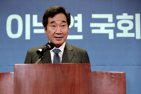 17일 서울 영등포구 하이서울유스호스텔에서 열린 '바이든시대 동북아 전망과 한국의 역할' 심포지엄에서 이낙연 더불어민주당 전 대표가 개회사를 하고 있다. 오종택 기자