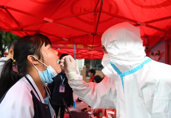 16일 중국 동부 안후이성의 페이시 현 주민이 핵산 검사를 받고 있다. 안후이 류안시 당국은 첫 확진자 대응 부실을 이유로 정부 관계자를 문책 조치했다. [신화=연합뉴스]