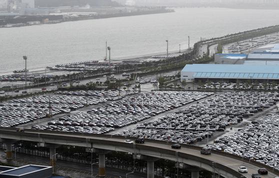 현대자동차 울산공장 수출 선적부두 인근 야적장에 완성차들이 대기하고 있다. [뉴스1]