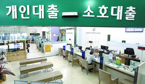 서울 시내의 한 은행 창구에서 시민이 대출상담을 받고 있다. 뉴스1.
