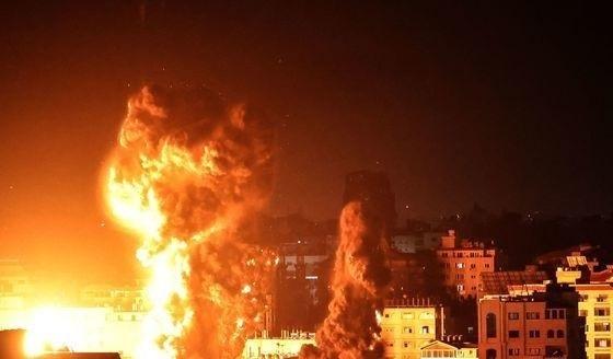 17일(현지시간) 팔레스타인 가자시티 건물에서 이스라엘 군의 폭격으로 화염과 연기가 치솟고 있다. [APF=뉴스1]
