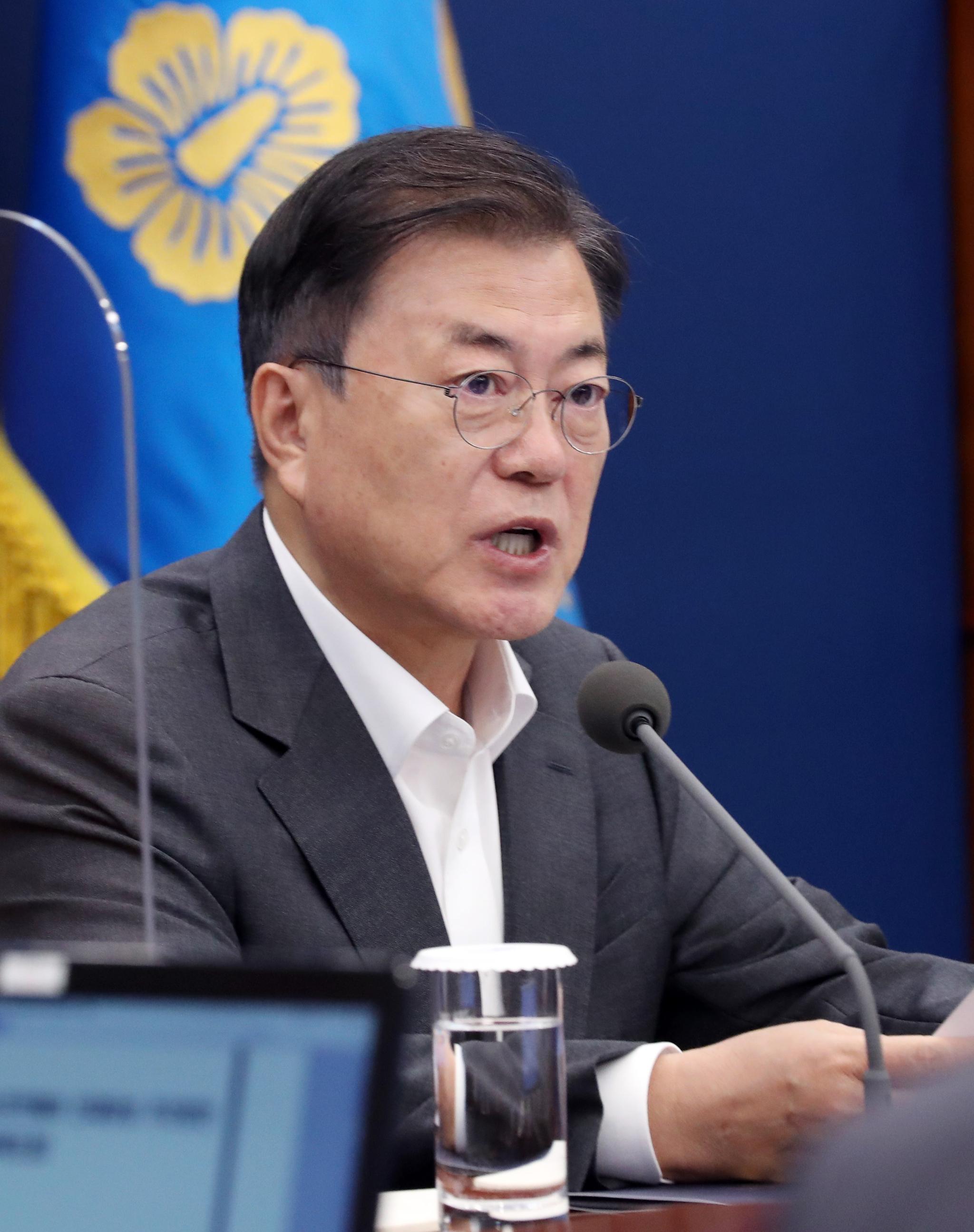 문재인 대통령이 17일 청와대에서 열린 수석·보좌관 회의에서 발언하고 있다. 연합뉴스