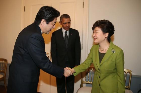 2014년 3월 네덜란드 헤이그에서 한미일 정상회의가 열렸다. 버락 오바마 미 대통령(가운데)을 사이에 두고 박근혜 대통령(오른쪽)과 아베 신조 일본 총리가 악수하고 있다. 중앙포토