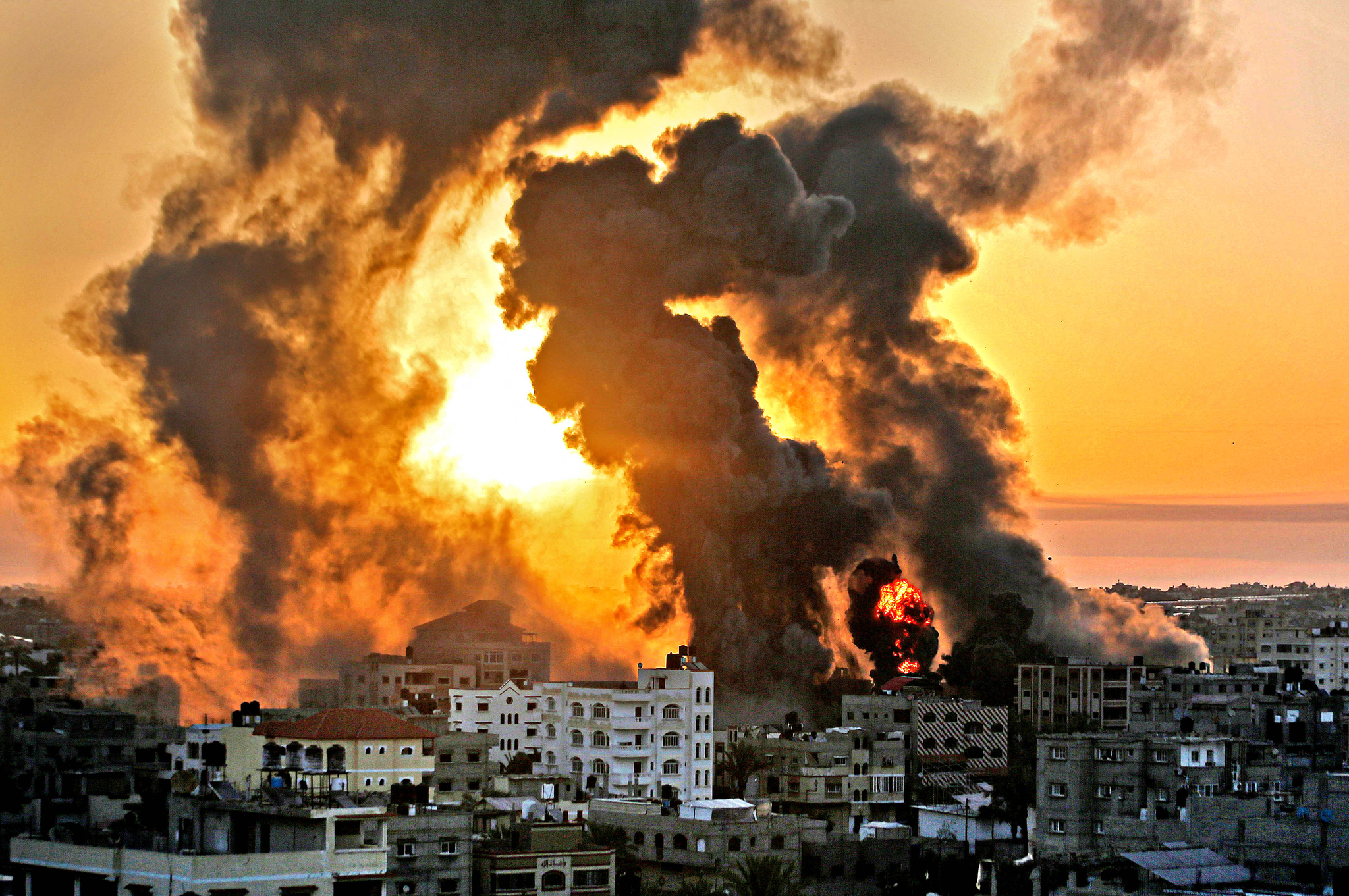 지난 12일 이스라엘군 공습으로 팔레스타인 자치지구인 가자시 남부의 칸 유니쉬 지역에서 검은 연기와 함께 불길이 타오르고 있다. AFP=연합뉴스