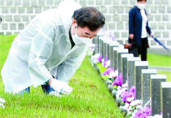 이낙연 더불어민주당 전 대표가 5·18 민주화운동 41주년을 앞두고 16일 오전 광주 국립5·18민주묘지를 방문하고 있다. [뉴스1]
