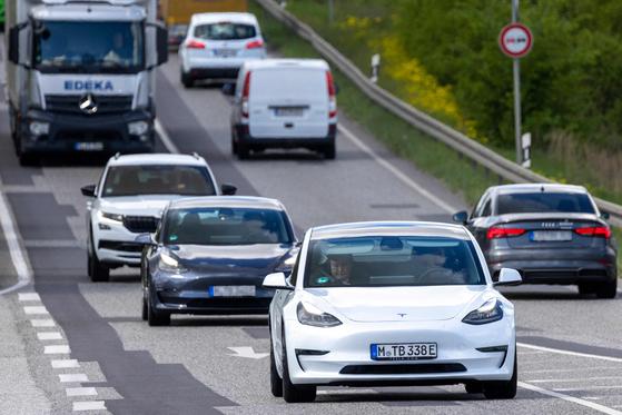 일론 머스크 테슬라 CEO가 지난 17일(현지시간) 독일 베를릴 외곽에서 테슬라 차를 타고 이동하던 중 자신의 모바일을 보고 있다. AFP 연합