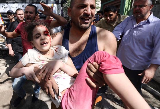 16일(현지시간) 가자지구 내 한 주택가에 있는 건물 잔해에서 수지 에쉬쿤타나(6)가 7시간 만에 극적으로 구출되고 있다. [로이터=연합뉴스]