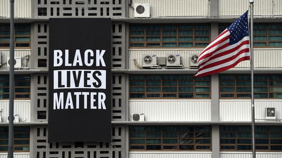 지난해 6월 주한 미국 대사관에 인종차별 반대 플래카드가 내걸렸다. '흑인 생명도 소중하다'는 글귀는 인종 차별과 경찰 만행에 대한 항의를 나타낸다. 당시 도널드 트럼프 미국 대통령은 인종 차별에 소극적이었다. 그래서 외교가에선 해리 해리스 전 대사의 뜻이 반영됐다는 해석이 나왔다. 주한 미국 대사관