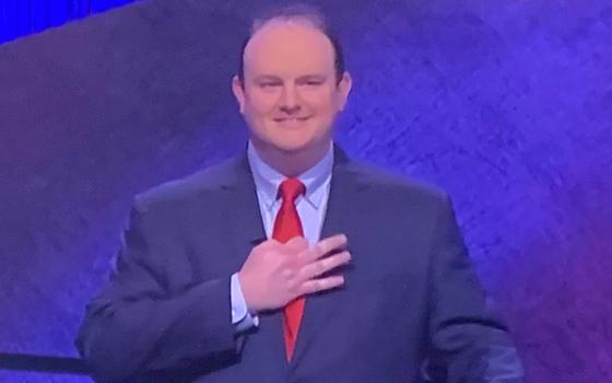 미국의 인기 퀴즈 프로그램 '제퍼디(Jeopardy)'에 출연한 켈리 도너휴의 손 모양이 소셜네트워크서비스(SNS) 등에서 논란을 일으켰다. 사진 SNS 캡처