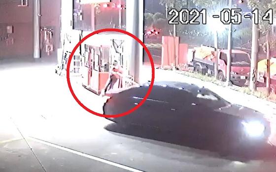 지난 14일 오후 9시쯤 주유소에서 아르바이트하던 중 갑자기 출발하는 차량 때문에 주유기에 부딪치는 사고를 당했다는 글이 게재됐다. 사진 온라인 커뮤니티 보배드림