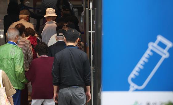 전라남도 순천에서 일가족이 신종 코로나바이러스 감염증(코로나19) 확진됐으나 백신을 접종한 70대만 감염되지 않은 사례가 나왔다. 사진은 17일 서울의 한 신종 코로나바이러스 감염증(코로나19) 백신접종센터에서 어르신들이 백신 접종을 위해 이동하는 모습. 뉴스1