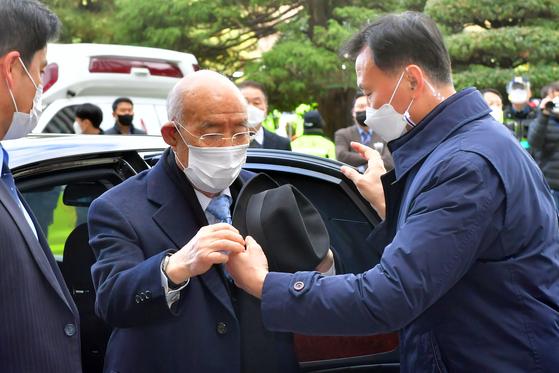 지난해 11월 30일 오전 광주 동구 광주지법 앞에서 전두환 전 대통령이 재판에 출석하기 위해 차량에서 내리고 있다.  뉴스1