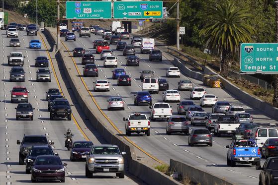 미국 캘리포니아 로스엔젤레스 도로을 달리는 자동차들. 도로 대기오염 물질이 노인성 치매를 앞당길 가능성이 있는 것으로 알려지고 있다. AP=연합뉴스