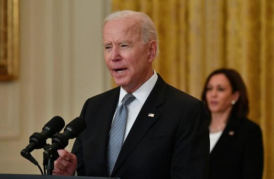 조 바이든 미국 대통령이 17일(현지시간) 미국이 사용 중인 화이자와 모더나, 얀센 백신을 다른 나라와 나누겠다고 밝혔다. [AFP=연합뉴스]