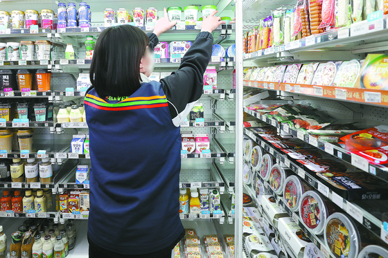 주당 36시간 또는 고용계약 1년 미만의 일자리로 청년층이 내몰리고 있다. 서울 시내 한 편의점에서 아르바이트생이 물건을 정리하고 있다. [중앙포토]