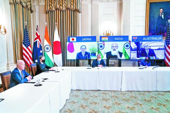 미국 주도의 안보 협의체 쿼드의 첫 정상회담이 3월12일 화상으로 열렸다. 바이든 대통령(왼쪽)과 일본·인도·호주 정상들. [UPI=연합뉴스]