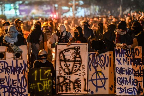 지난 16일(현지시간) 콜롬비아 메델린에서 반정부 시위가 이어지고 있다. AFP=연합뉴스