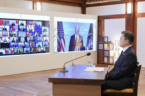 문재인 대통령과 조 바이든 미국 대통령의 첫 대면 정상회담이 21일(현지시간) 백악관에서 열린다. 사진은 지난달 22일 미국이 주최한 화상 기후정상회의에서 문 대통령이 바이든 미국 대통령의 발언을 듣고 있는 장면. [청와대사진기자단]