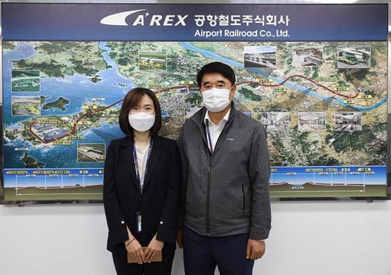 17일 17시 공항철도 본사 3층 수송본부장실에서 노영기 수송본부장(오른쪽)과 최우수상 수상자 안혜영 대리(왼쪽)가 기념촬영을 하고 있다.