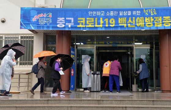 신종 코로나바이러스 감염증(코로나19)이 확산하고 있는 가운데 17일 오후 대전의 한 예방접종센터를 찾은 어르신들이 화이자 백신 2차 접종을 받기 위해 차례를 기다리고 있다. 김성태 기자