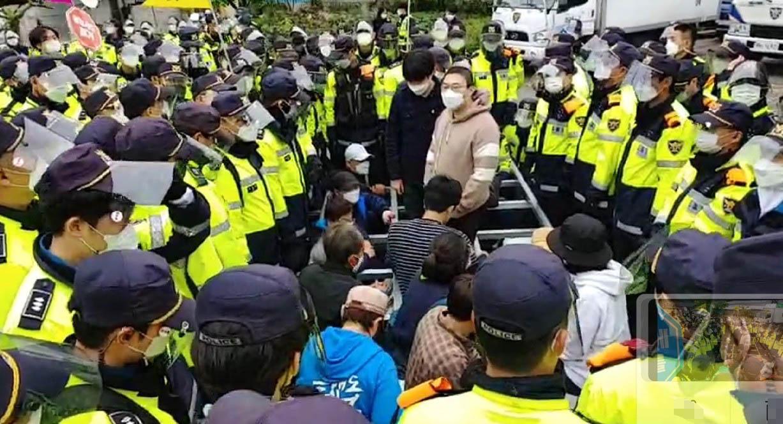 18일 오전 경북 성주군 초전면 소성리 사드기지 입구에서 주민과 경찰이 대치하고 있다. 사진 소성리 종합상황실