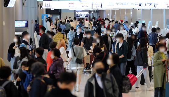 9일 오후 서울 강서구 김포공항 국내선 청사 출국장이 여행객들로 붐비고 있다. 뉴스1
