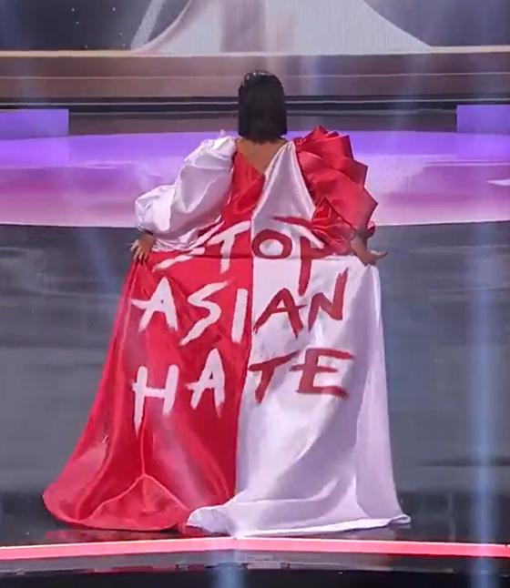 13일(현지시간) 미국 플로리다주에서 열린 미스 유니버스 대회에서 싱가포르 대표 버나데트 벨 옹(26)이 '스톱 아시안 헤이트'가 적힌 의상을 입고 무대에 올랐다. [트위터 캡처]