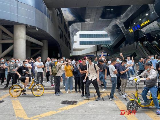 18일 오후 원인을 알 수 없는 흔들림 현상이 발생한 선전의 싸이거빌딩 바깥에 시민들이 몰려 나와 있다. [심천특구보]