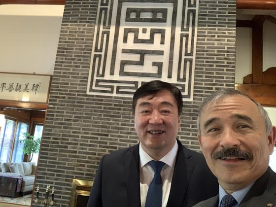지난해 7월 해리 해리스 전 주한 미국 대사가 싱하이밍 주한 중국 대사와 함께 사진을 찍고 있다. 주한 미국 대사관 트위터