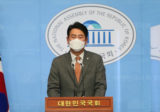 전봉민 국민의힘 의원이 지난해 12월 22일 오후 서울 여의도 국회 정론관에서 일감 몰아주기 등 편법 증여 의혹과 관련해 탈당 기자회견을 하고 있다. 오종택 기자