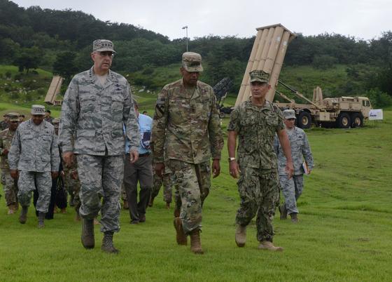 2017년 8월 해리 해리스 전 대사(오른쪽)는 당시 태평양 사령관으로 경북 성주 고고도미사일방어(THAADㆍ사드) 체계 기지를 새뮤얼 그리브스 미사일방어청장(왼쪽부터), 존 하이튼 전략사령관, 빈센트 브룩스 한ㆍ미연합사령관과 함께 둘러보고 있다. 주한미군
