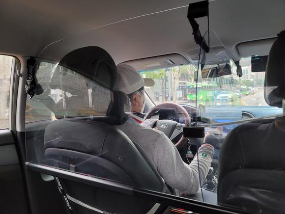 택시 내부에 약 20만원을 들여 보호격벽을 설치한 개인택시 기사 이모씨. 여성국 기자
