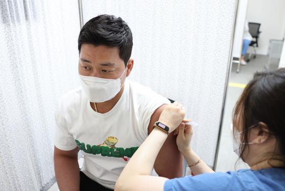 지난 3일 코로나 19 백신을 접종받는 삼성 라이온즈 오승환. [사진 국립중앙의료원]